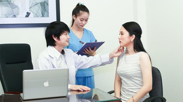 Bác sĩ Phùng tư vấn cho khách
